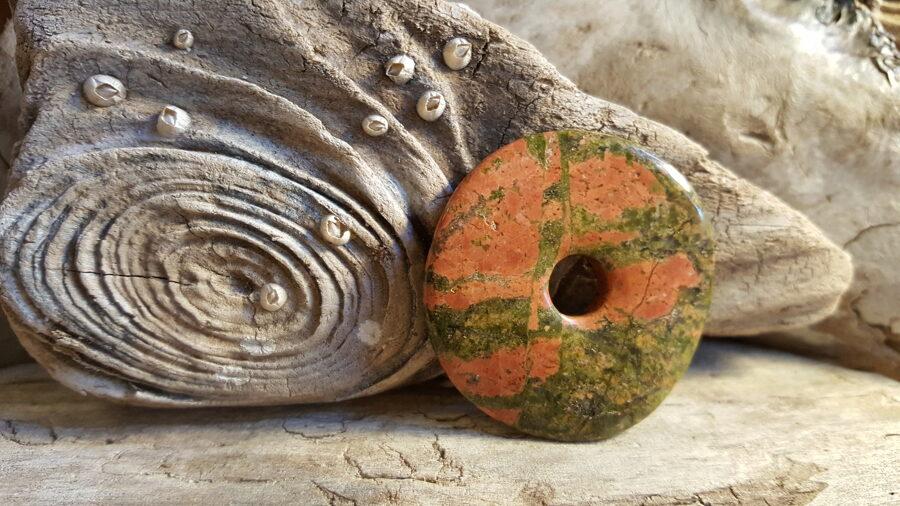 Unakīta kulons-aplis 4 cm.
