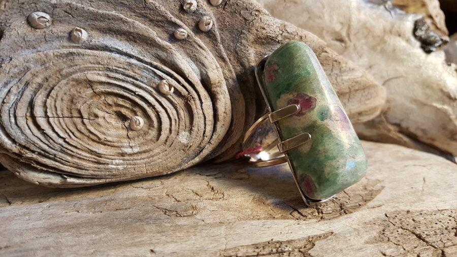 Mežāžu pārticības gredzens - Rubīns fušītā gredzens, 17.5izm. Rubīna izmērs 4x2cm. Sudraba krāsas ietvars..