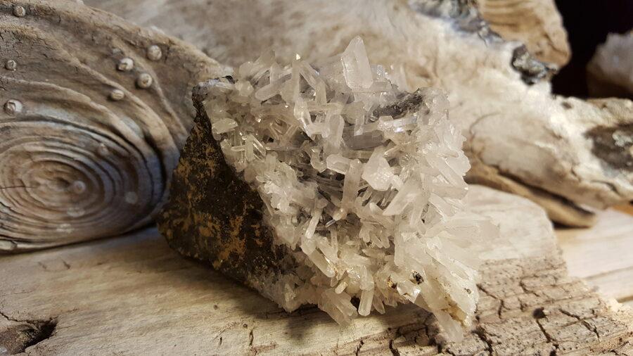 Kalnu kristāla drūza ar melnu sfalerītu ,, Stiprā ,, Izmērs 9 x 6 x 6 cm Stiprs dzīvokļa aizsargamulets