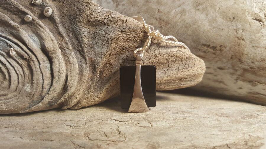 Melna oniksa kulons, sudrabs 2.5 x 1.5 cm.