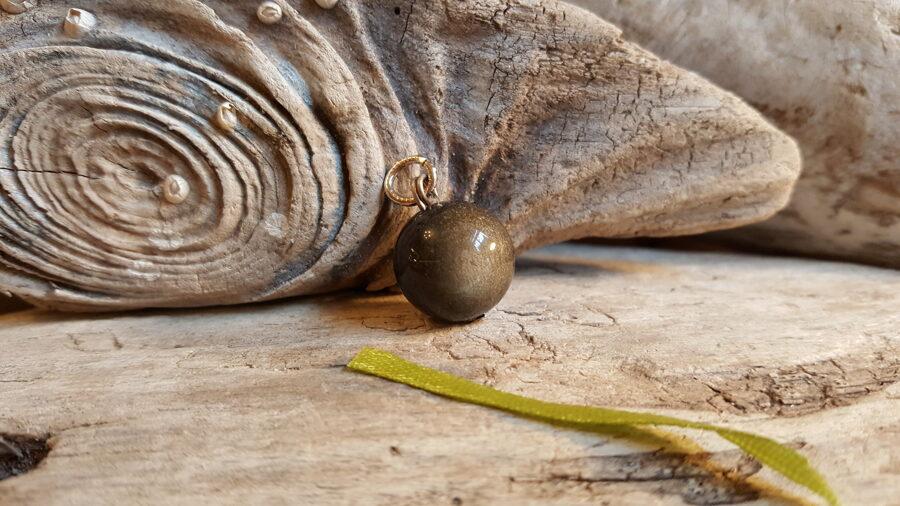 """Obsidiāna kulons """"Lode"""" 16 mm bumbiņa Ar zeltītu nokrāsu Aizsargamulets Zaļa bantīte"""