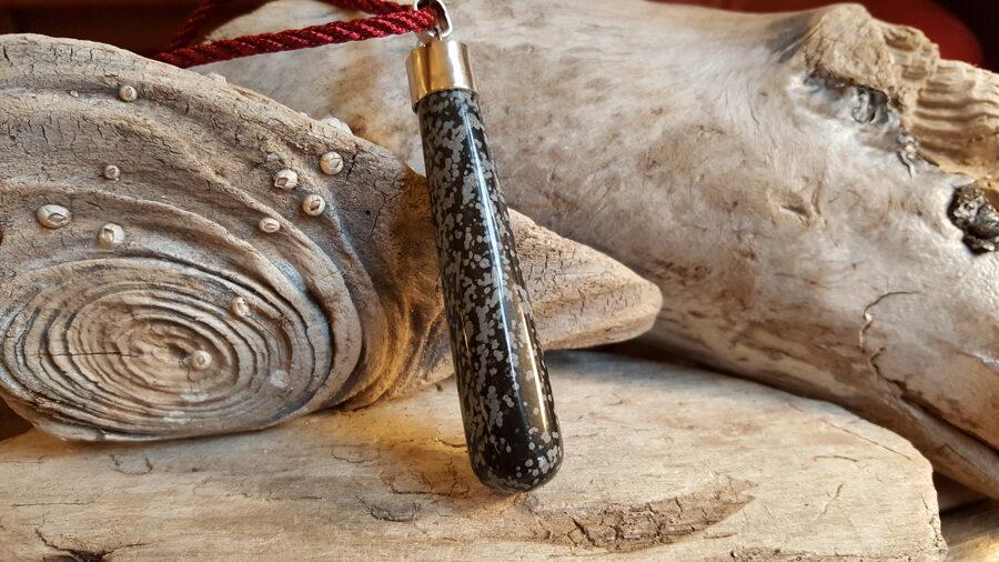 """Obsidiāna kulons """"Stiprais balsts"""" Izmērs 7.5 x 1.7 cm Aizsargamulets Piemērots vīrietim Sudrabs"""