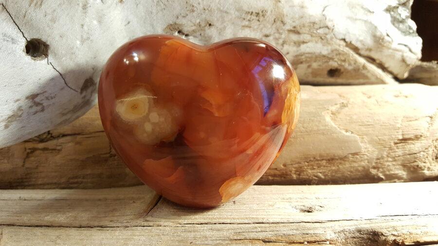 """Liela karneola sirds """"Enerģija"""" nr 1. Izmērs 7.5 x 6.5 x 2.5 cm Ar dabīgām plaisām - minerāla daba"""