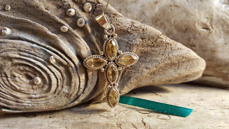 """Citrīna krustiņš """"Zeltainais"""" nr 3. Izmērs 4 x 2.5 cm Sudrabs Zaļa bantīte"""
