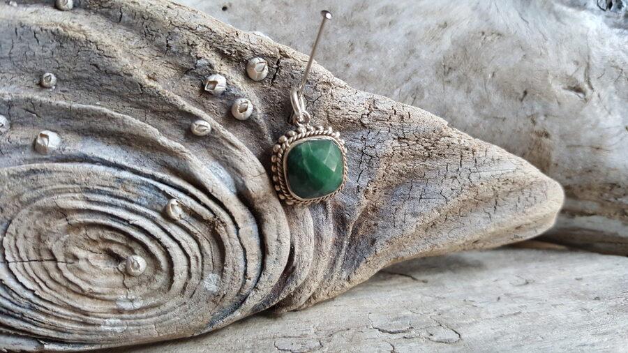 """Smaragda kulons """"Iedvesma radīt"""" sudrabā Izmārs 1.5 x 1.5 cm Ar dabīgām švīkām un iespiedumiem"""