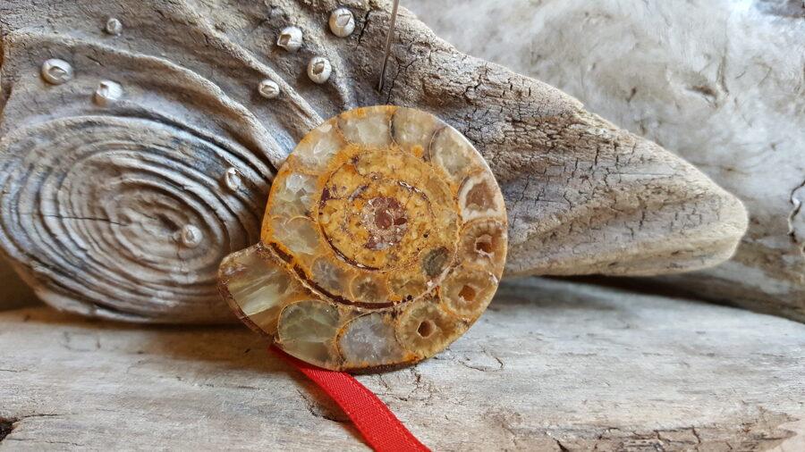 """Amonīts """"Aizsardzībai """" nr 1. Izmērs 4 x 3.6 cm Sarkana bantīte Var nēsāt kabatā vai somā"""