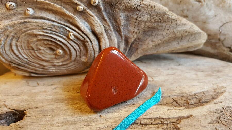 """Jašmas olis """"Sarkanais"""" nr 1. Izmērs 3.5 x 2.3 cm Zila bantīte Ar dabīgiem iespiedumiem"""