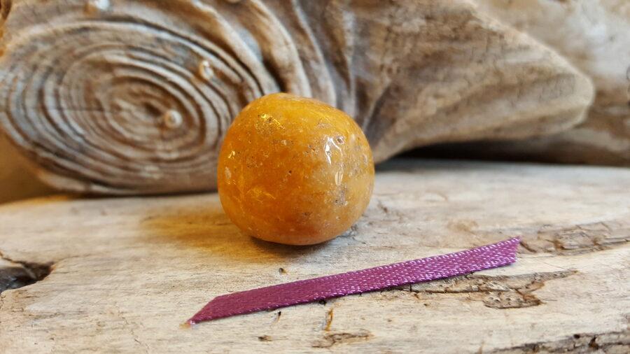 """Jašma """"Dzeltenā"""" Izmērs 2.2 x 2.2 cm Lillā bantīte Ar dabīgiem iedobumiem"""
