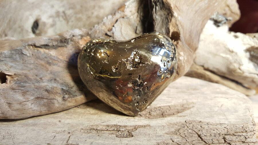 """Pirīta sirds no Peru """"Pašapziņa"""" Izmērs 45 x 50 mm Ļoti spēcīgs aizsargakmens Iesaku biznesa attīstībai un uzplaukumam"""