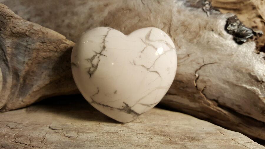 """Magnezīta sirds """"Baltais miers"""" Izmērs 4.0 x 4.5 cm Var lietot arī kā mašāžas akmeni"""