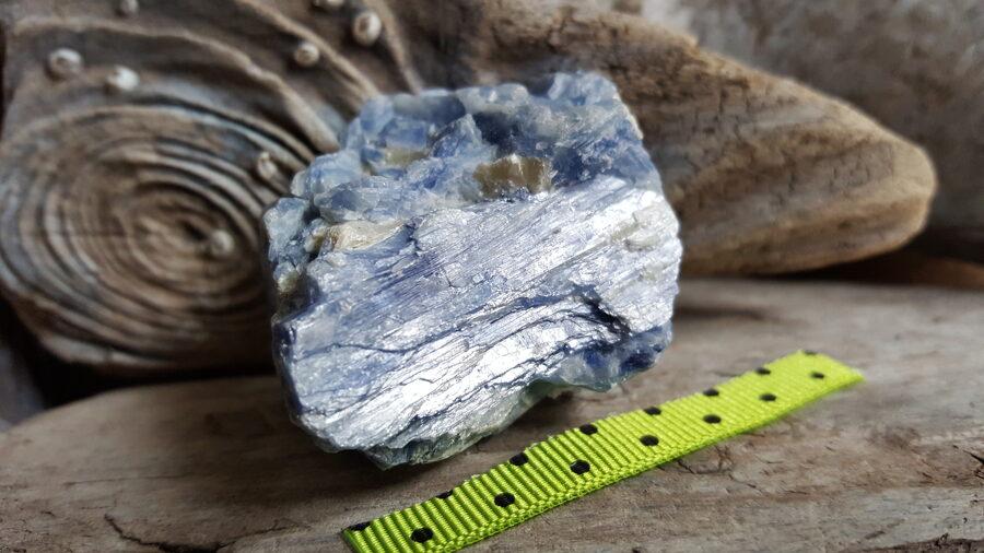 """Liels, neapstrādāts kianīta kristāls """"Saticība ģimenē"""" nr 2. Izmērs 4.5 x 3 x 3 cm Zaļi pumpaina bantīte"""
