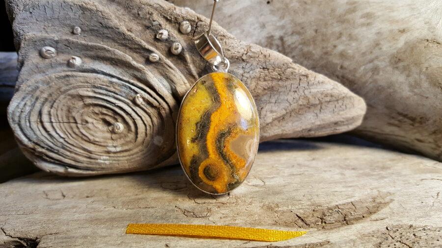 """Liels Eclipse jašmas kulons """"Raibais' nr 1. Izmērs 3.7 x 2.5 cm Dzeltena bantīte Sudraba pārklājums"""