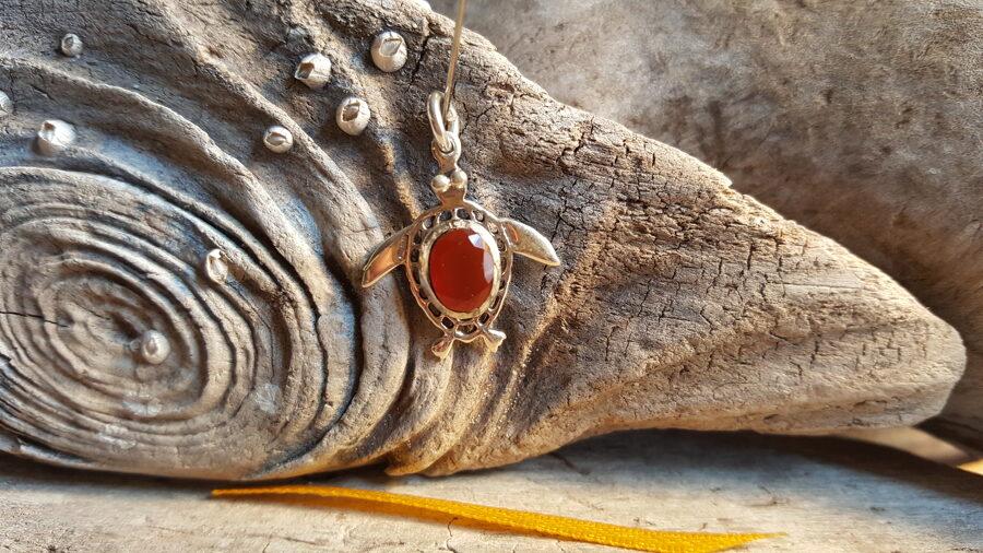 """Karneola kulons """"Mīļais bruņurupucis"""" nr 1. Izmērs 2.5 x 2 cm Sudraba krāsas ietvars. Dzeltena bantīte"""