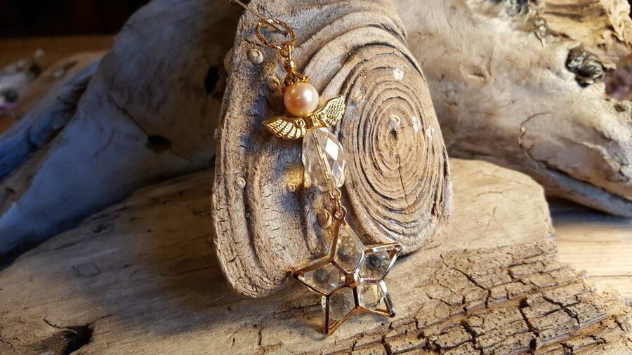 Eņģelis ar kalnu kristālu un zvaigzni Izmērs 7 cm Zelta krāsas metāls