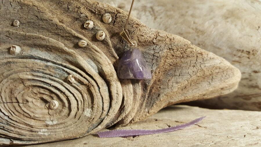 """Tanzanīta kulons """"Stiprais"""" nr 1. Izmērs 1.5 x 1.5 cm Lillā bantīte Ar dabīgiem iespiedumiem Tanzānijas raktuves"""
