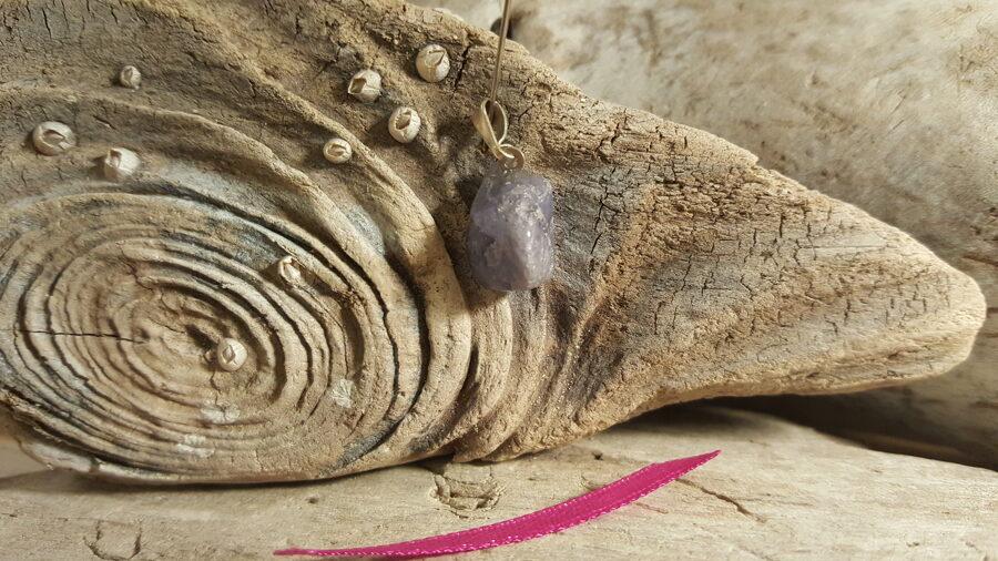"""Tanzanīta kulons """"Stiprais"""" nr 2. Izmērs 1.5 x 1 cm Rozā bantīte Ar dabīgiem iedobumiem Tanzānijas raktuves"""