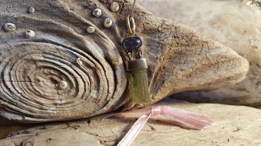 Moldavīta kulons, neapstrādāts, ar kianītu sudrabā Izmērs 3 x 1 cm Gaiši rozā bantīte