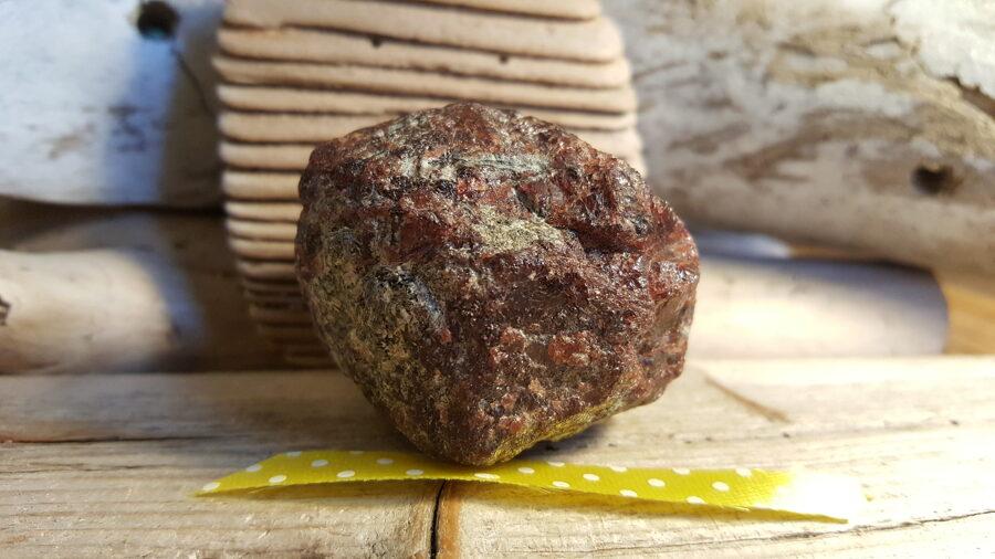 """Liels un smags granāta kristāls """"Biznesam"""" nr 1.  Izmērs 4.5 x 4 x 4 cm Dzelteni pumpaina bantīte"""