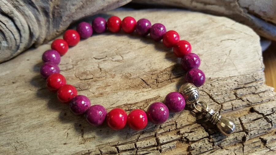 """Marmora rokassprādze """"Sarkans ar lillā"""" Izmērs 18 cm Ar sudraba krāsas metāla piekariņu"""