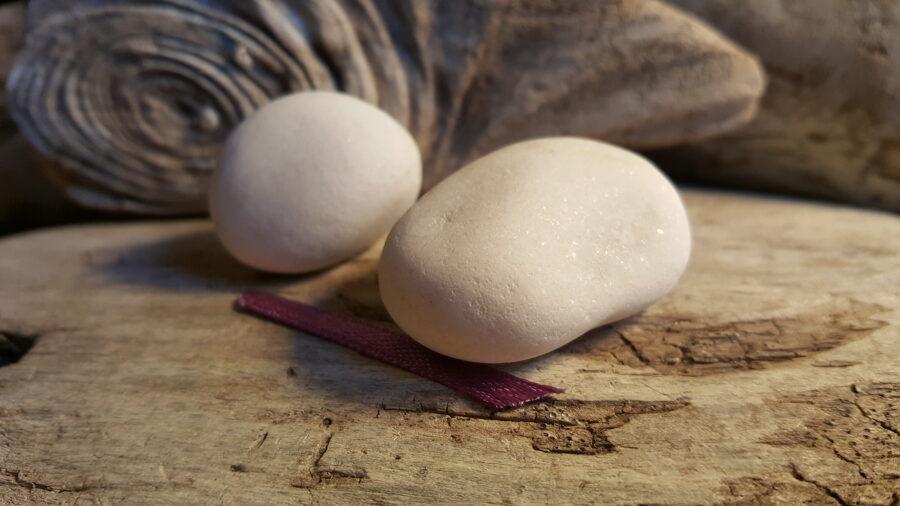 """Marmora oļi """"Pārītis"""" nr 1. Izmērs 4 x 2.8 cm un 3 x 2.5 cm Lillā bantīte Bērnam zem spilvena"""
