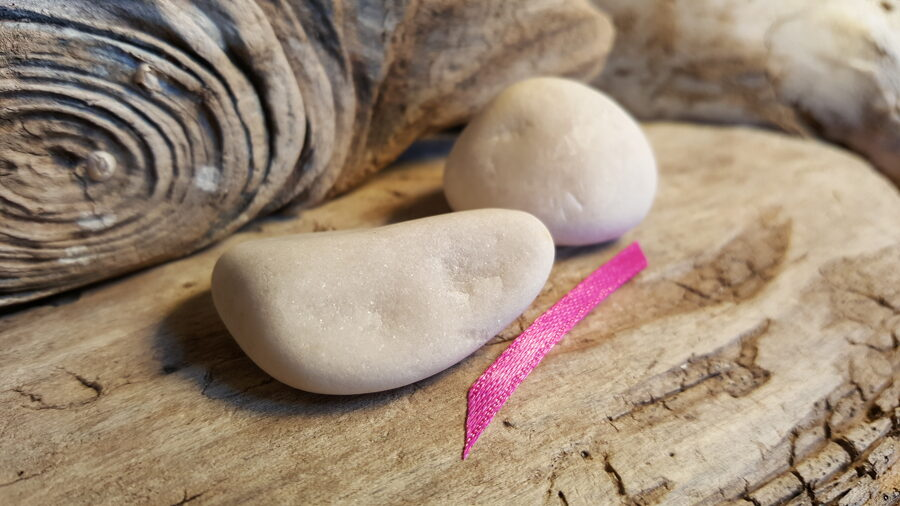 """Marmora oļi """"Pārītis"""" nr 3. Izmērs 4 x 2.7 un 3 x 2.8 cm Rozā bantīte"""