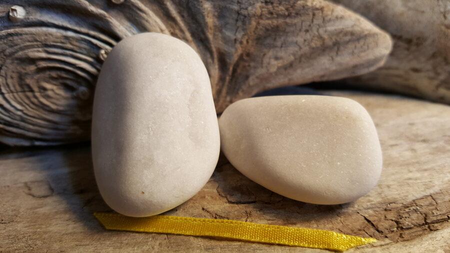 """Marmora oļi """"Pārītis"""" nr 5. Izmērs 4 x 3 un 4 x 2.8 cm Dzeltena bantīte"""
