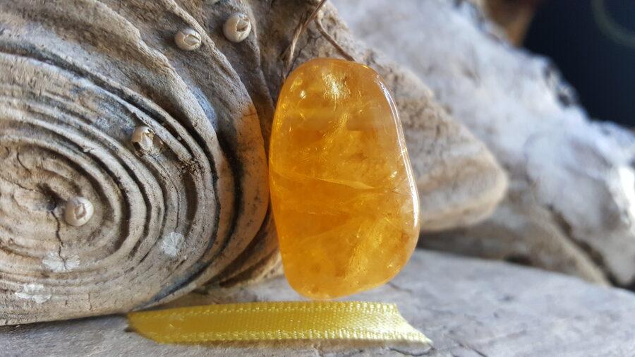 """Liels citrīna kulons """"Zeltainais prieks"""" nr 2. Izmērs 3.5 x 2 cm Dzeltena bantīte Ar dabīgiem iedobumiem"""