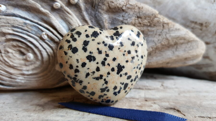 """Dalmāciešu jašmas sirds """"Raibā"""" nr 2. Izmērs 4 x 3.5 cm Tumši zila bantīte"""