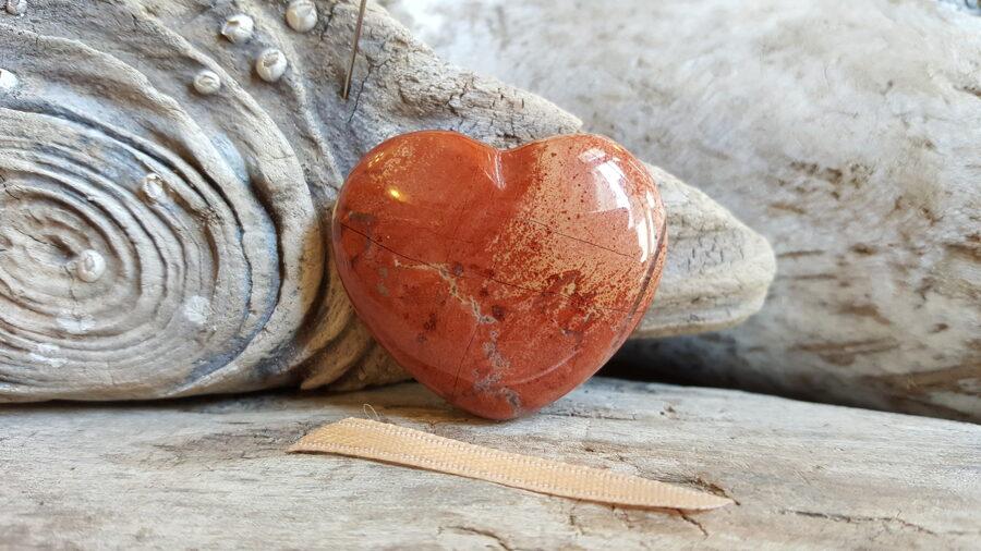 """Sarkanās jašmas sirds """"Priecīga diena"""" nr 1. Izmērs 4 x 3.5 cm Gaiša bantīte"""