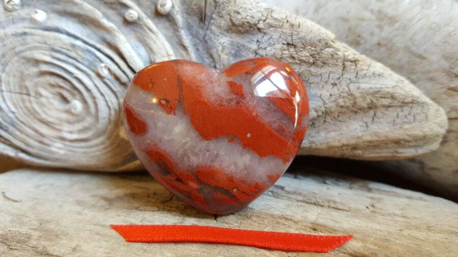 """Sarkanās jašmas sirds """"Priecīga diena"""" nr 2.  Izmērs 4 x 3.5 cm Sarkana bantīte"""
