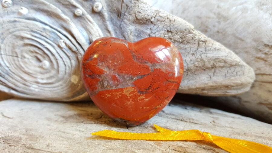 """Sarkanās jašmas sirds """"Priecīga diena"""" nr 3. Izmērs 4 x 3.5 cm Dzeltena bantīte"""