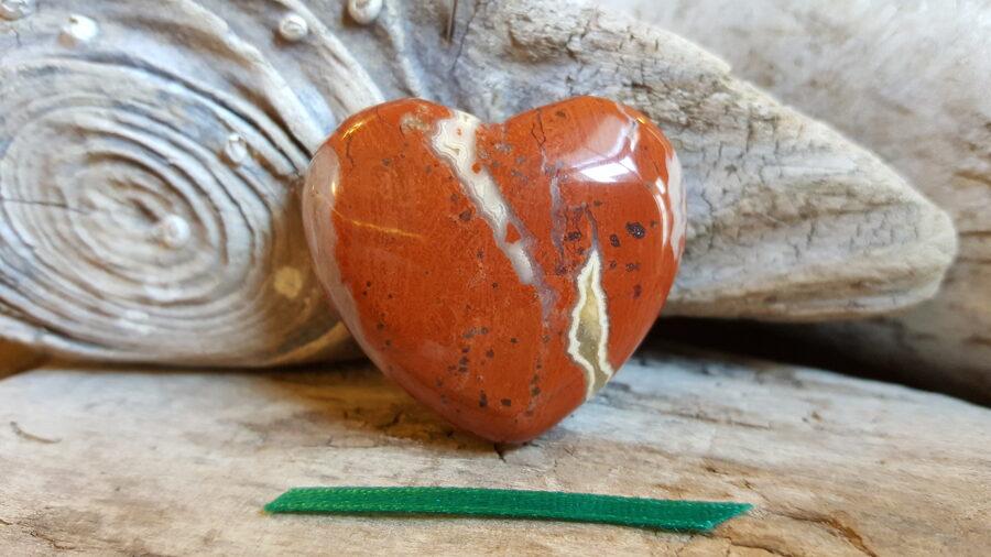 """Sarkanās jašmas sirds """"Priecīga diena"""" nr 4. Izmērs 4 x 3.5 cm Zaļa bantīte"""