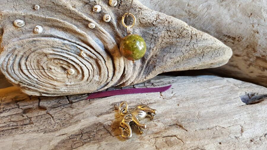 Unakīta kulons ar ziloni Izmērs 12 mm un 2 x 1.5 cm Lillā bantīte