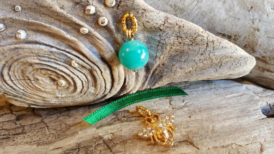 """Amazonīta kulons """"Ikdienas prieks"""" nr 4. ar bitīti 12 mm bumbiņa Zaļa bantīte"""