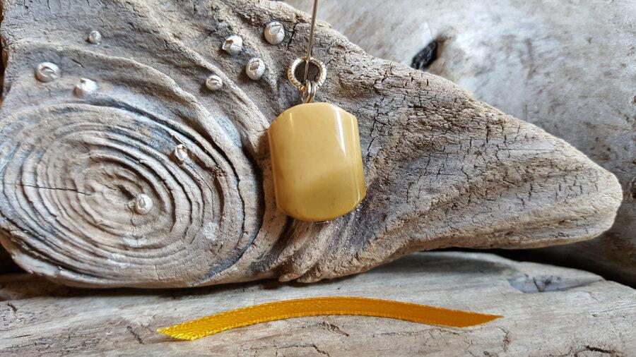 """Dzeltenas jašmas kulons """"Skaistā"""" nr 1. Izmērs 2 x 1.5 cm Dzeltena bantīte Ar dabīgiem iedobumiem"""