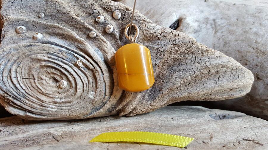 """Dzeltenas jašmas kulons """"Skaistā"""" nr 3.  Izmērs 2 x 1.5 cm Dzeltena bantīte Ar dabīgiem iedobumiem"""