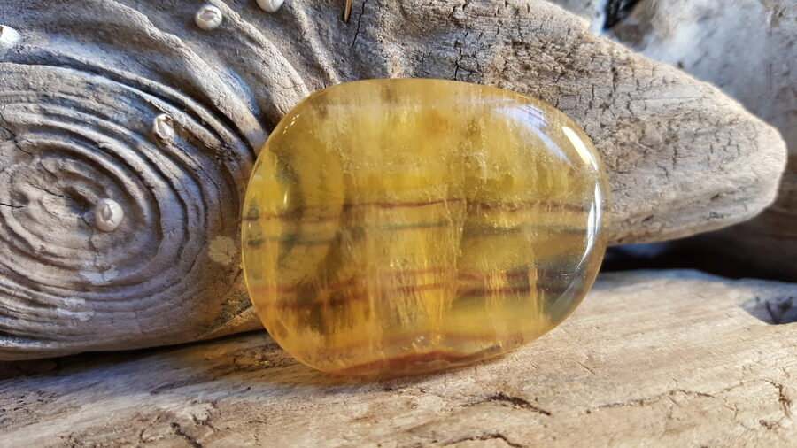 Ūdensvīra potenciāla akmens - Fluorīta olis plakans Nr 4. Izmērs 4.2 x 3.2 cm.