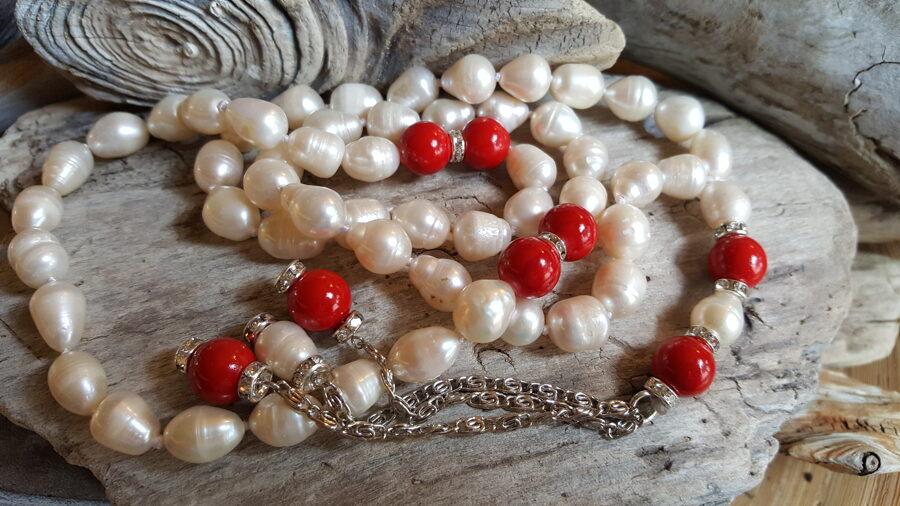 Pērļu  krelles no 64 pērlēm Pērles izmērs 10 mm Ar sarkanām stikla bumbiņām