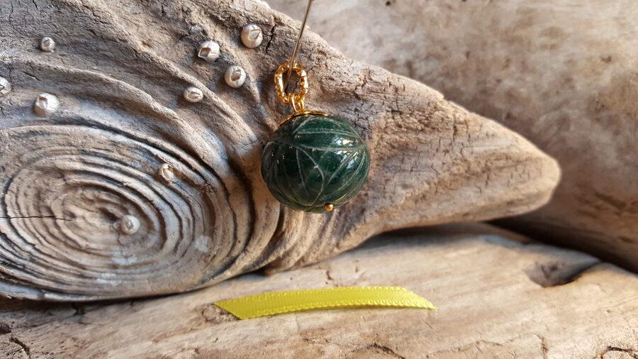 """Smaragda kulons """"Atbalsts ikdienā"""" nr 1. Izmērs 1.7 x 1.7 Dzeltena bantīte Gravējums Zelta krasas detaļas"""