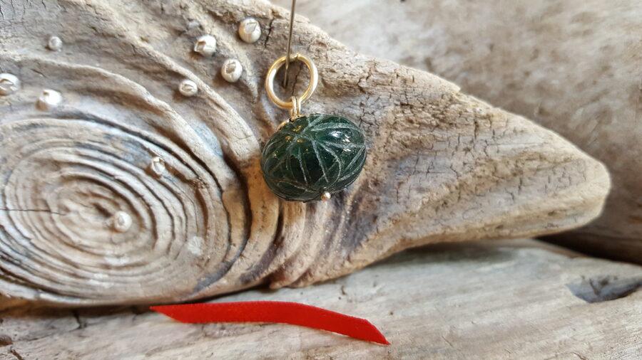 """Smaragda kulons """"Atbalsts ikdienā"""" nr 2. Izmērs 1.5 x 1.7 cm Sarkana bantīte Gravējums Sudraba krāsas detaļas"""