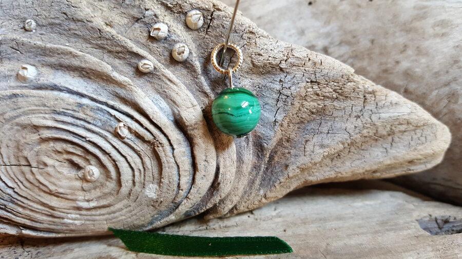 """Malahīta kulons """"Skaistais"""" nr 7. Izmērs 10 mm Zaļa bantīte Sudraba krāsas detaļas"""