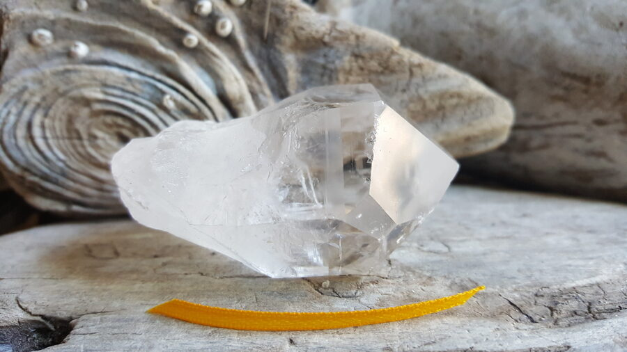 """Neapstrādāts kalnu kristāls """" Izaugsme"""" nr 2. Izmērs 6 x 4 x 3 cm Dzeltena bantīte Ar dabīgiem nošķēlumiem un iekļāvumiem"""