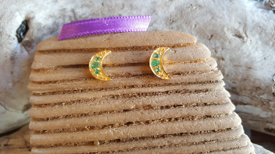"""Smaragda auskari """"Atdzimšana un līdzsvars"""" nr 1. Izmērs1.2 x 0.8 cm Indija Zelta krāsa Lillā bantīte bantīte"""
