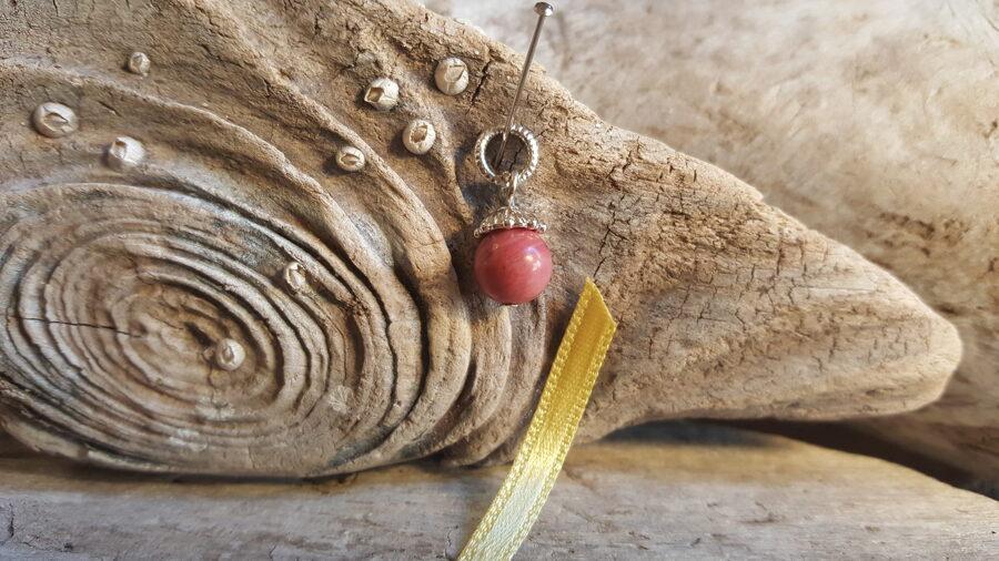 """Rodonīta amulets """"Piedošana"""" nr 1. Izmērs 8 mm Dzeltena bantīte Sudraba krāsa"""