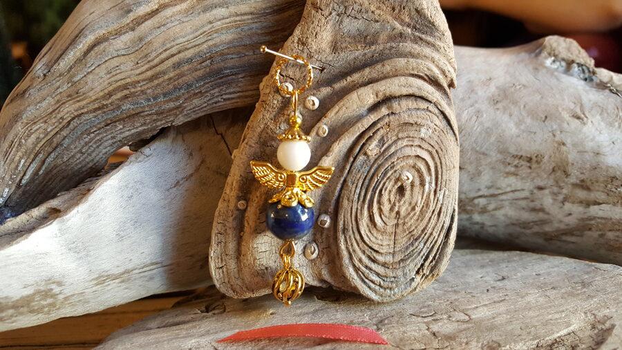 """Lazurīta eņģelis """"Intuīcija"""" nr 2. Izmērs 5 x 1.5 cm Zelta krāsas metāls Rozā bantīte"""
