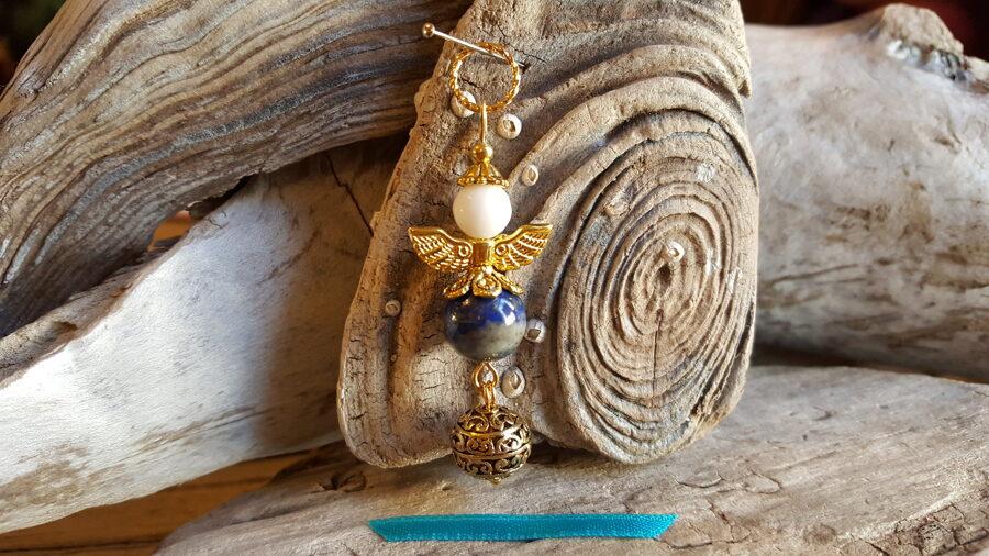 """Lazurīta eņģelis """"Intuīcija"""" nr 3. Izmērs 5.5 x 1.5 cm Zelta krāsas metāls Zila bantīte"""