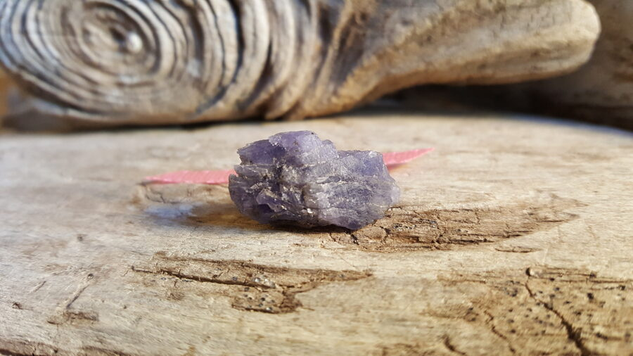 Neapstrādāts tanzanīta kristāls Izmērs 2.3 x 1.2 x 0.8 cm Rozā bantīte