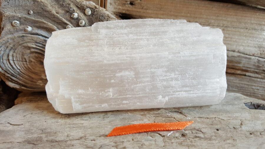 Neapstrādāts selenīta kristāls nr 1. Izmērs 9 x 5 x 2 cm Rozā bantīte