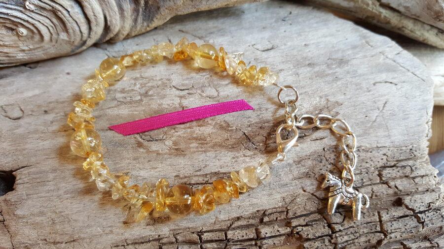 """Citrīna rokassprādze """"Vienmēr smaidīt"""" nr 1. ar zirdziņu Izmērs 16.5 cm + ķēdīte Rozā bantīte Sudaraba krāsas metāls"""