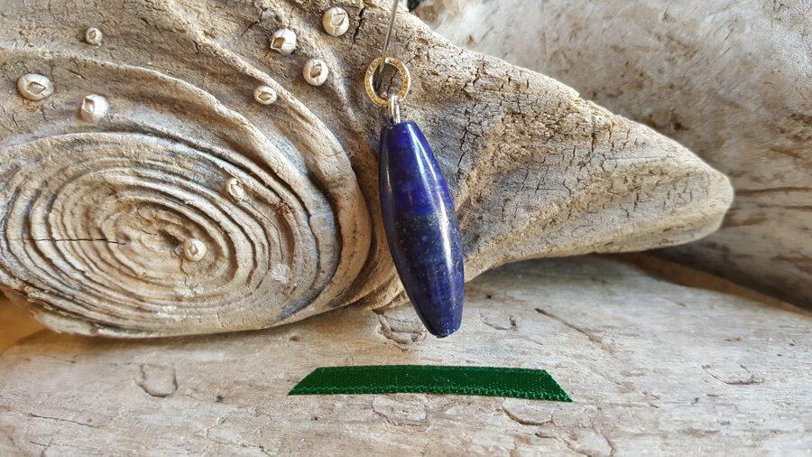 """Lazurīta kulons """"Ovālais"""" nr 1. Izmērs 3.5 x 1 cm Sudraba krāsas metāls Zaļa bantīte"""